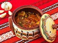 Пилешка яхния с месо от гърди (филе), зеленчуци (картофи, грах от консерва, моркови, домати) в глинен гювеч или гърне на фурна